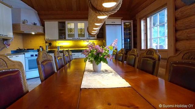 Столовая и кухня в коттедже